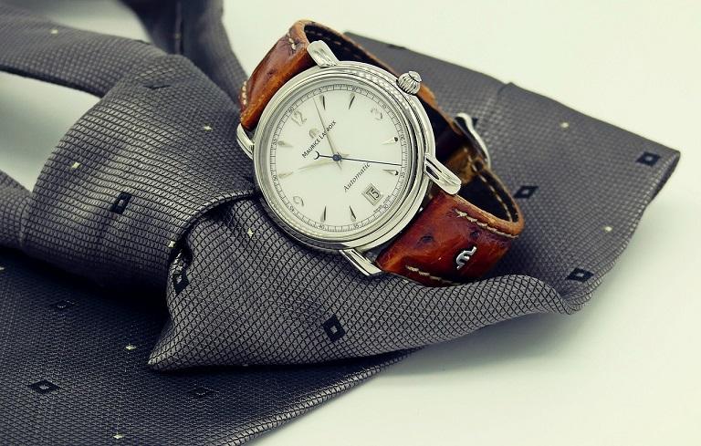アナログ腕時計が置いてある画像