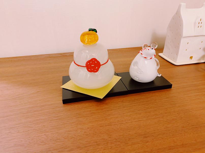 2つ並んだ飾りつけ鏡餅とネズミ