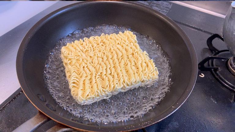 焼きそばを作るフライパン