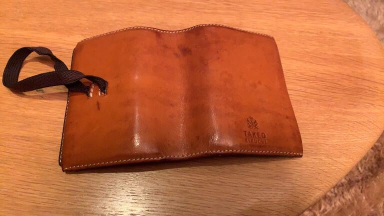 タケオキクチのカードケースの表側