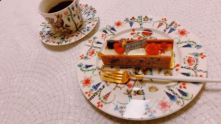 iittalaのtaikaシリーズ ケーキを乗せたところ