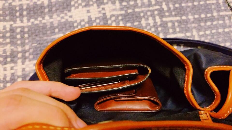 背面部のフラップに財布を入れたところ