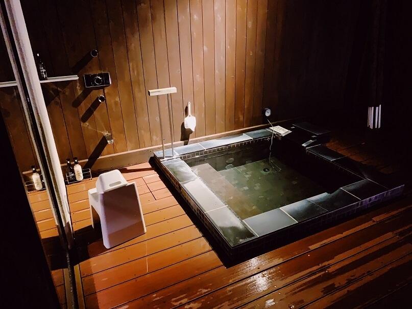 夜の露天風呂の近影