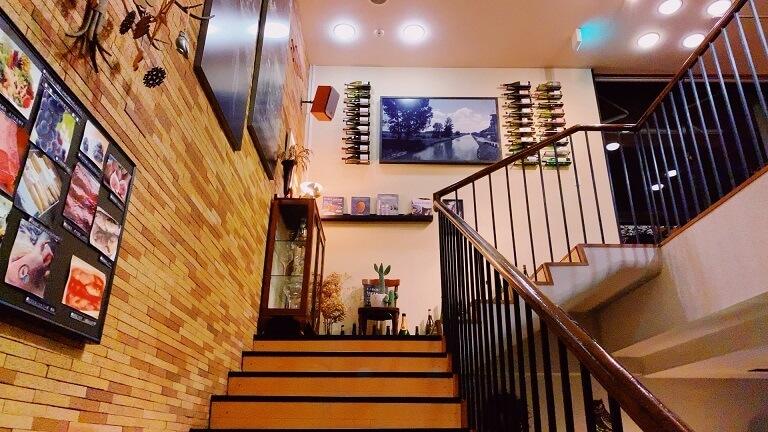 食堂に続く階段