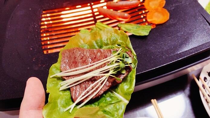アラジン グラファイトマジックグリラーで焼いた牛肩ロースをサンチュと食べる