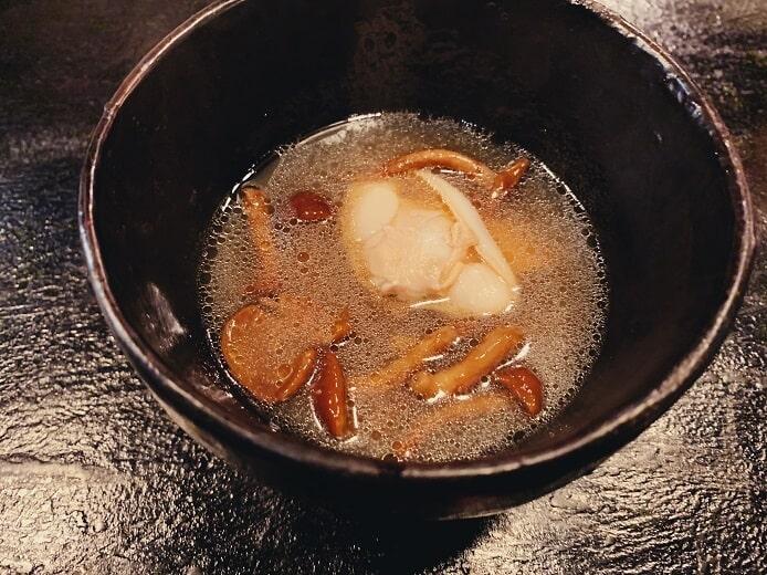 馬喰町虎穴のディナー蛤と旬野菜のスープ