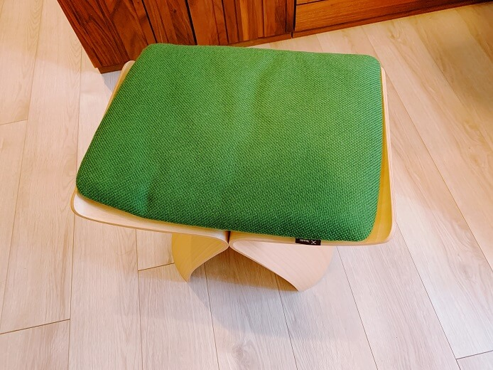 天童木工のバタフライスツールの座面
